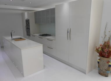 Valentine kitchen 08 white with glass splashback